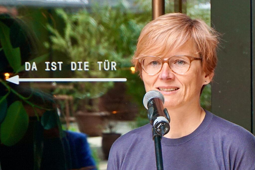"""Ellen Blumenstein, Kuratorin der HafenCity und künstlerische Leiterin von """"Imagine the City"""" und der Ausstellung """"The Gate. Wohinführt das Tor zur Welt?"""" © Wolfgang Timpe"""