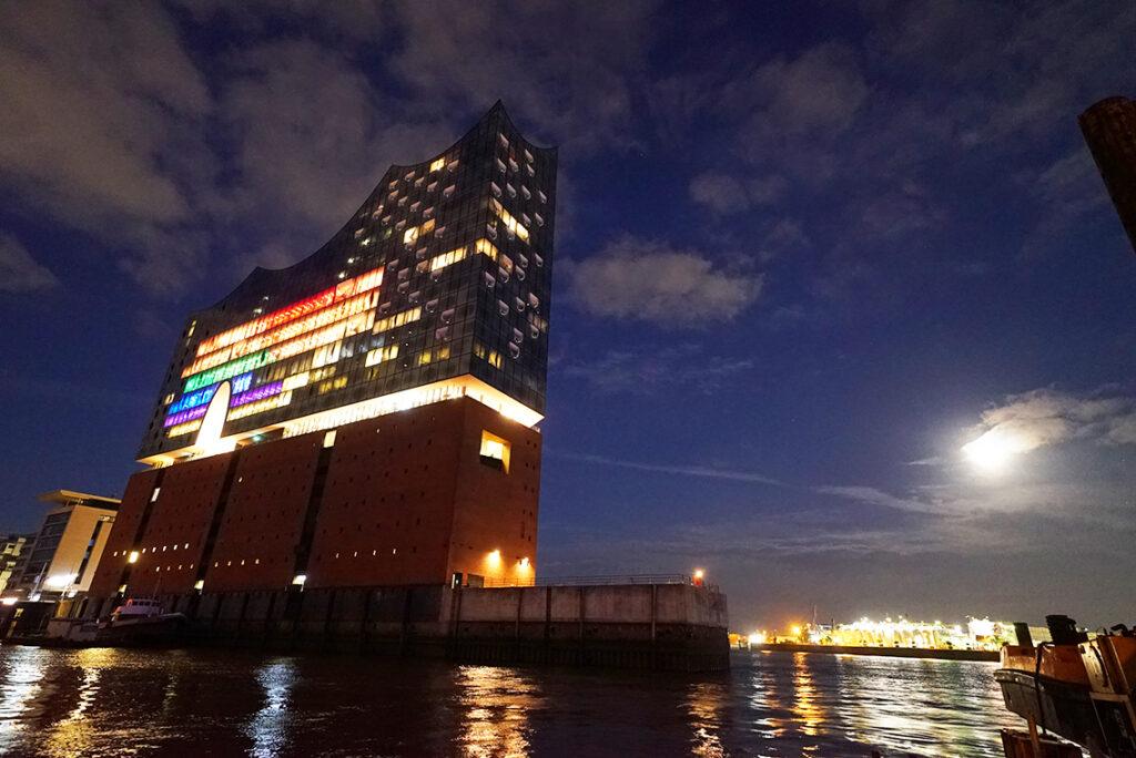 Die Hamburger Elbphilharmonie leuchtet am Vorabend des Fußball-EM-Spiels Deutschland-Ungarn in Regenbogenfarben – als Teilnehmerin am weltweiten Pride Month Juni und als Protest gegen das Verbot der UEFA. © www.citynewstv.de