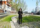 """Feng-Shui-Expertin Tu Phung Ngo an der Dalmannkai-Promenade am Grasbrookhafen: """"Geschwungene Wege animieren zum langsamen Gehen, zwitschernde Vögel fördern Yin-Elemente!"""" © Katrin Wienefeld"""
