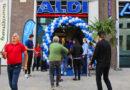 """""""Die Resonanz der Kunden war am Eröffnungstag durchweg positiv. Alle freuen sich, dass sie nun endlich hier vor der Haustür einkaufen können"""", sagt Tomas Krzystek (2. v.l.) , Filialleiter des neuen Marktes.. © ALDI Nord"""