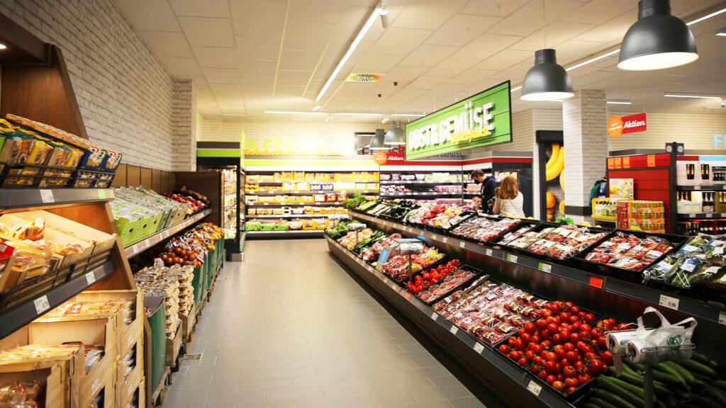 """ALDI-Filialleiter Tomas Krzystek: """"Mit einer Verkaufsfläche von etwa 1.015 Quadratmetern bietet unser Markt in der Hamburger Hafencity ein großes Angebot an frischem Obst, Gemüse, Fleisch, Fisch und Backwaren."""" © ALDI Nord"""
