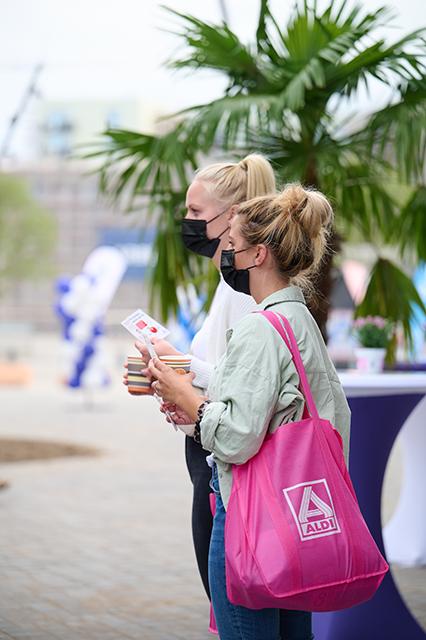 """Gerade bei jungen Kundinnen sind die farbigen Aldi-Bags Trend und Eröffnungsrubbellose für Einkaufsgutscheine begehrt: """"Unsere Farb-Taschen sind der Dauerrenner bei den Kundinnen und Kunden."""" © Catrin-Anja Eichinger"""