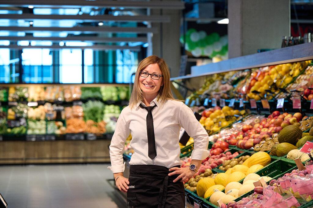 """Inhaberin Magdalena Petersen von Edeka M. Petersen HafenCity vor ihrem großen """"Fruchtschuppen"""" Obst & Gemüse: """"Ich habe Hummeln im Hintern. Wenn ich zufrieden bin, sehe ich kurze Zeit später, was wir verbessern können."""" © Catrin-Anja Eichinger"""