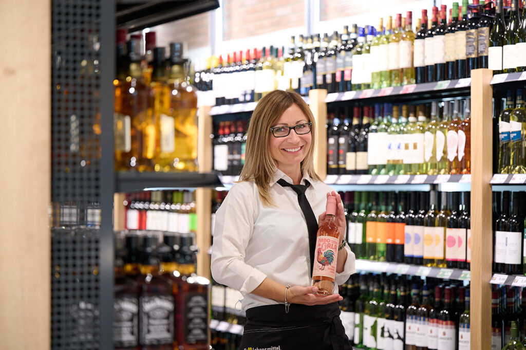 "Magdalena Petersen mit ihrem ""Top-Preis-Leistungs""-Rosé-Sommertropfen ""Rabo de Gala"". © Catrin-Anja Eichinger"