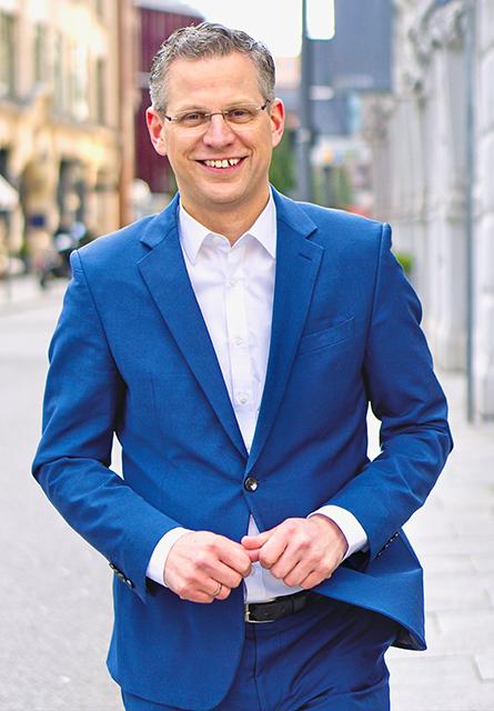 """CDU-MdB Christoph de Vries tritt zur Wiederwahl an: """"Ich bin durch und durch Christdemokrat und kann mit dem Etikett ,konservativ' wenig anfangen. Die CDU ist nicht Entweder-oder sondern Sowohl-als-auch. Es geht nicht darum Gegensätze zu betonen, sondern Gemeinsamkeiten und unterschiedliche Interessen zusammenzuführen."""" © Privat"""