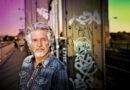 """Klimarechercheur Frank Schätzing eröffnet das 13. Harbour Front Literaturfestival mit seinem Buch """"Was, wenn wir einfach die Welt retten? Handeln in der Klimakrise"""" in der Elbphilharmonie © Paul Schmitz"""