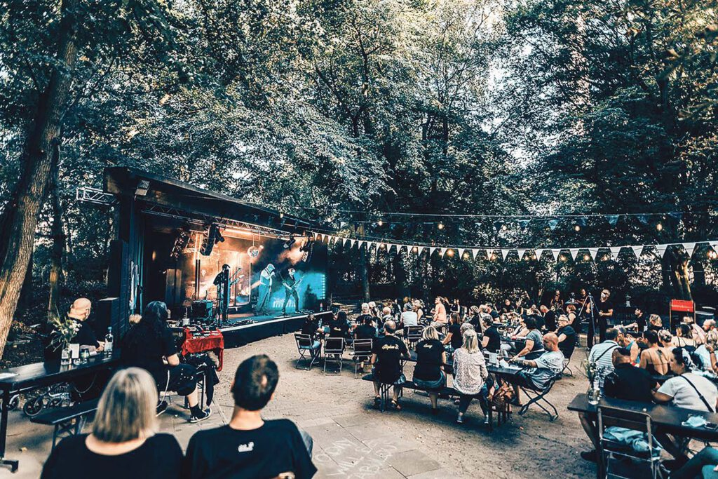 """Für """"Draußen im Grünen"""" gibt es ebenfalls eine Finanzspritze – u.a. für die Konzerte im Musikpavillon in Planten un Blomen oder hier im vergangenen Jahr bei Schrödingers Open Air im Schanzenpark. © Mediaserver Hamburg   Julian Scheinkönig"""