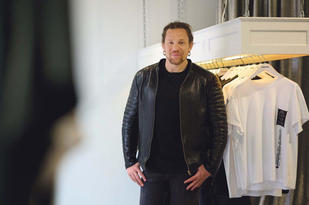 """Stefan Eckert: """"Da mir das Thema Nachhaltigkeit in der Mode sehr am Herzen liegt, wollte ich mein Wirken über mein eigenes Modelabel hinaus erweitern."""" © Catrin-Anja Eichinger"""