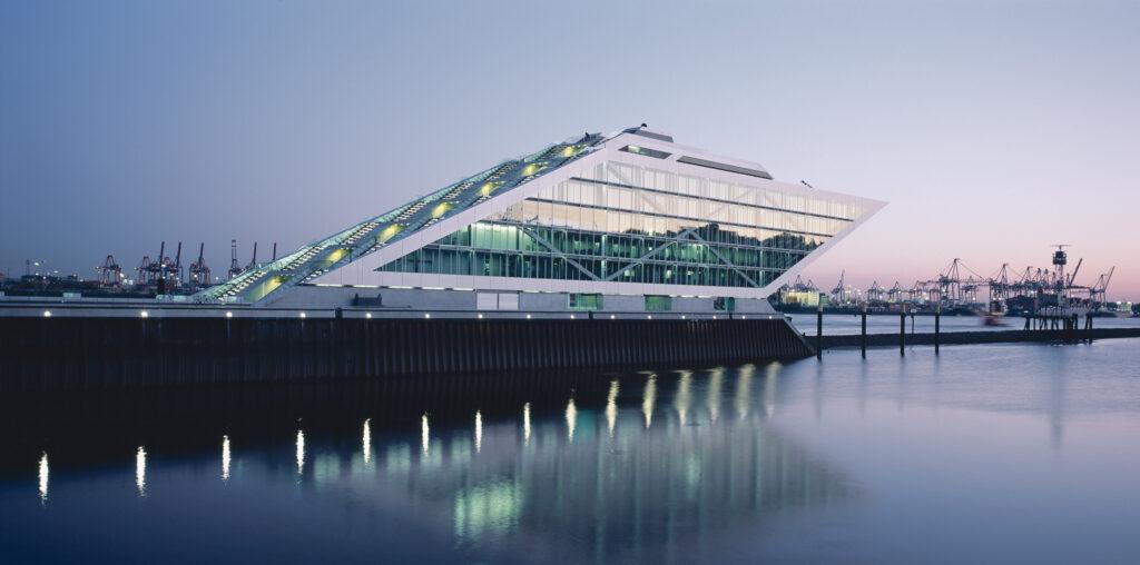 Bürohaus Dockland, 2008: Das Dockland wetteifert mit seiner glasklaren Symmetrie und der vom Hafenwind verwehten schrägen Bürogebäude-Skulptur abstrakt mit den ein- und ausfahrenden Elbschiffen. © Architekturbüro: BRT Architekten, Hamburg; Foto: Jörg Hempel