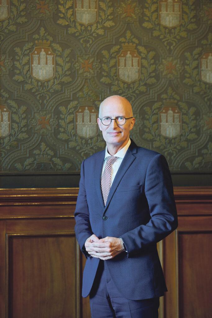 """Der SPD-Politiker und Bürger Peter Tschentscher über den Kanzlerkandidaten Olaf Scholz: """"Ich kenne Olaf Scholz seit über 20 Jahren und halte ihn für einen der besten Politiker Deutschlands. Seine Erfahrung, seine Ambitionen und Durchsetzungskraft machen sich jetzt im Wahlkampf bemerkbar. Er ist als Kanzlerkandidat sehr überzeugend. Er benennt nicht nur Ziele, sondern hat auch Pläne, um sie zu erreichen. Und da in Deutschland in den nächsten Jahren unglaublich viel zu tun ist, wächst von Tag zu Tag die Erkenntnis, dass Olaf Scholz eine sehr gute Wahl ist."""" © Catrin-Anja Eichinger"""