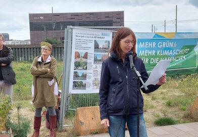 Marianne Wellershoff vom Netzwerk HafenCity e. V., rechts. Im Hintergrund Liedermacherin Feli Rockt und Arne Platzbecker (SPD) auf dem Baufeld 74 in der HafenCity am 19. September 2021. © Matthias Schinck