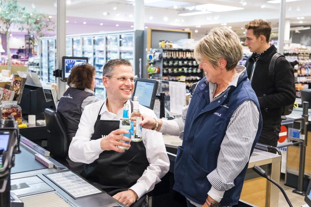 """Christoph de Vries, 21,4% Erststimmen HC, beim Wahlkampf an der Supermarktkasse: """"Ich bin erleichtert und wahnsinnig glücklich, weil ich völlig überraschend doch noch in den Bundestag eingezogen bin."""" © CDU Hamburg"""