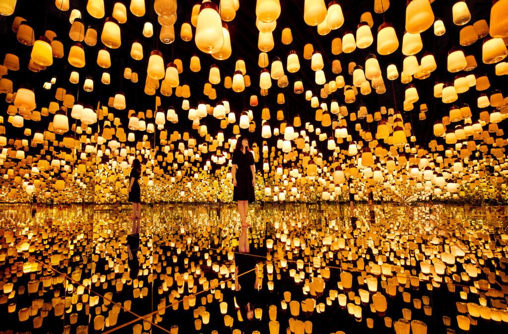 """Warmes Wohlfühlen: """"Forest of Resonating Lamps One Stroke, Fire"""" – Wald der Resonanzlampen, ein Schlag, Feuer. © teamLab"""