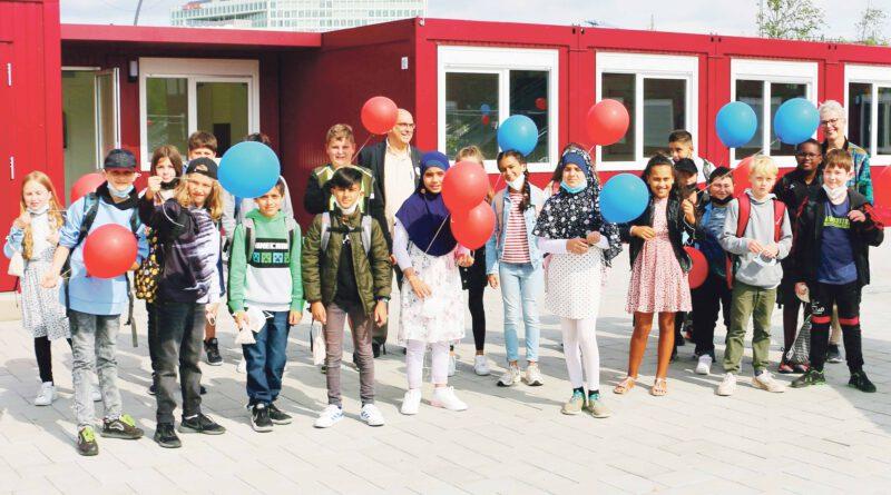 Die Klasse 5a des Stadtteilschulzweigs Campus HafenCity mit ihren Leitungs-Lehrer:innen Jens Rosenberger und Karen Gruner. © Dennis Becker