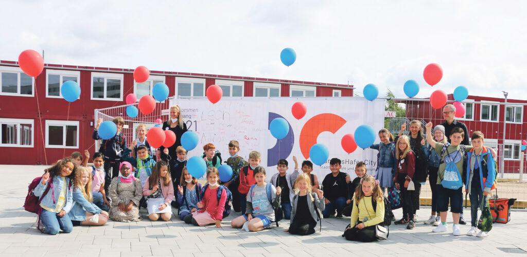 Die Klasse 5b des Gymnasialzweigs Campus HafenCity mit ihren Leitungs-Lehrer:innen Vanessa Overmann und Tobias Schlegelmilch. © Dennis Becker
