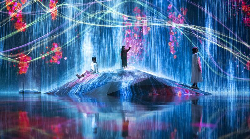 """Virtuelles Abheben: """"Main motif Universe of Water Particles on a Rock where People Gather"""" – Hauptmotiv. Universum der Wasserteilchen auf einem Felsen, auf dem sich Menschen versammeln. © TeamLab"""