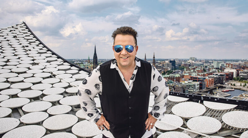 """Sebastian Krumbiegel von den Prinzen am 9. September in der Elbphilharmonie: """"Udo Lindenberg hat uns den Kiez gezeigt. Er führte uns in die Subkultur, in die Abgründe."""" © Tine Acke"""