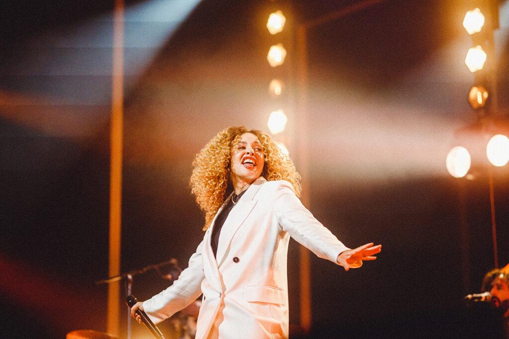 """Die Sängerin Joy Denalane interpretiert beim Opening einen Song, danach bestreitet sie das Eröffnungskonzert im Operettenhaus. Mit vielen Stücken ihres aktuellen Albums """"Let yourself be loved"""". © Finn Freund"""