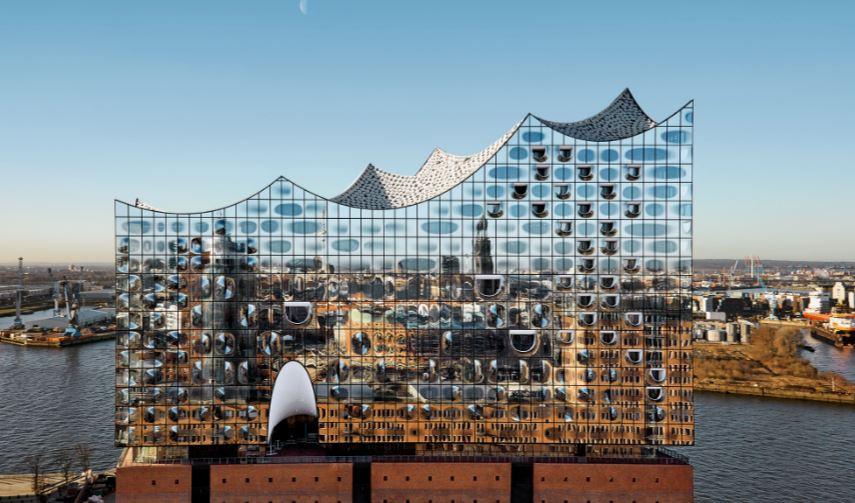 Die Elbphilharmonie gehört zu Hamburgs Glücksfällen. Sie darf und soll man von der Alster aus sehen. Den erst der HafenCity nicht. Da soll das klass Kirchturm-Hamburg prägend sein. @ Maxim Schulz
